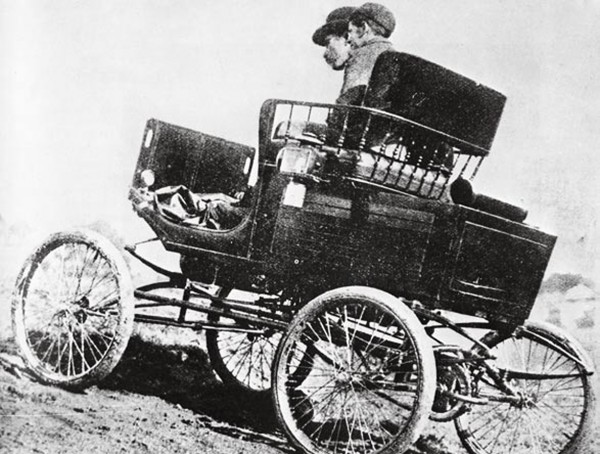 Looking much like an oversized pram, the Locomobile was a steam-driven car most at home on city streets. Despite the vehicle's delicate construction, Arthur Cleave, president of the Auckland Automobile Association, drove his 5 hp model to Wellington in 1903 (with his son) and then to the Far North.