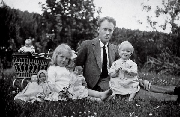 Maurice Wilkins, nearing his first birthday, is seated on his father's knee in Pongaroa, beside his older sister, Eithne. Although his family—-which had emigrated from Ireland in 1913—left New Zealand permanently in 1923, Maurice Wilkins, now aged 87, retains fond memories of the country of his birth.