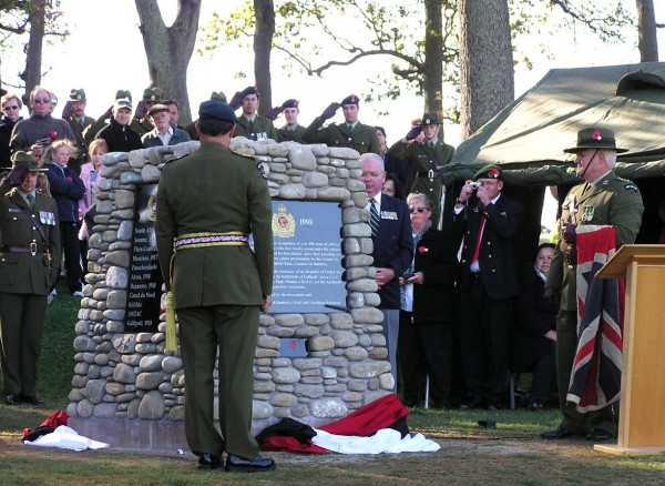 Major General Mataparae unveils the cairn on April 25, 2005