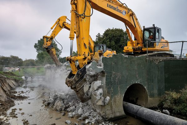 Recent projects to 'daylight' buried sections of waterways and naturalise their course reflect a new approach to urban water management. In Mt Roskill, diggers break down concrete culverts and stone-lined channels that were built to control the flow of Te Auaunga/Oakley Creek, but which led to flooding of nearby homes in heavy rains.